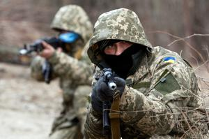 Newly mobilized Ukrainian paratroopers aim a weapon during a military drill near Zhytomyr March 6, 2015.     REUTERS/Valentyn Ogirenko (UKRAINE - Tags: MILITARY POLITICS CIVIL UNREST CONFLICT)