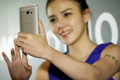 A model poses for photos with the HTC 10 at its launch in Taitung, Taiwan, yesterday. Photo: Reuters