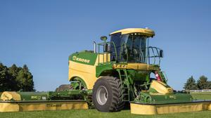 Traction and sward protection comes from the 800/65 R32 flotation tyres on the front axle and 600/65 R28 tyres on the rear beam.