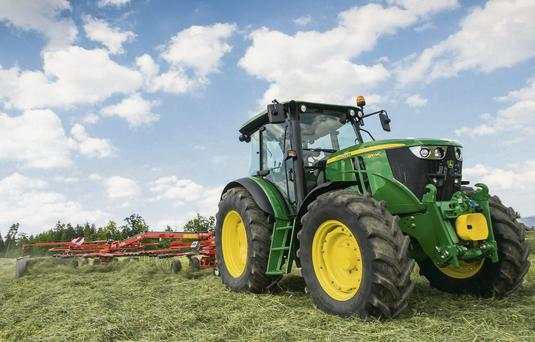 Deere beats estimates, expects strong earnings in 2018