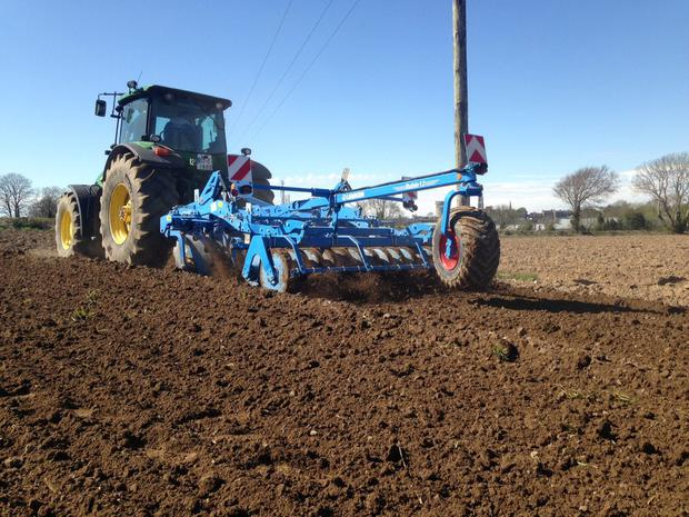 The depth wheel on the Lemken disc harrow also loads the front axle when the implement is lifted, making it stable for road travel