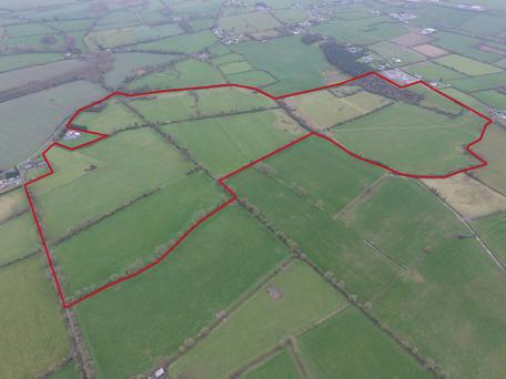 Located at Ballyveelish North, Ballyveelish South and Giantsgrave, the farm is less than 2km from the town of Clonmel