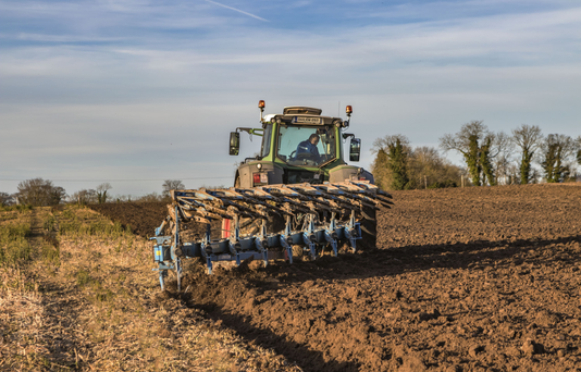 Ploughing with the Lemken eight furrow reversible and Fendt