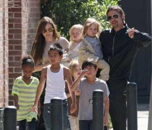 The Jolie-Pitt clan is not only one of the most genetically blessed in Hollywood, but also the largest. Namely Zahara, Pax, Maddox, Shiloh and twins Vivienne and Knox.