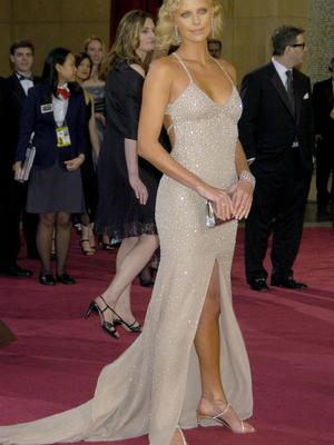 Charlize showed everybody how it's done at the 2004 Oscars where she picked up Best Actress award for her role as serial killer Aileen Wuornos in Monster. The shimmering, figure hugging dress was by Gucci and the 40s style hair completed her great look.