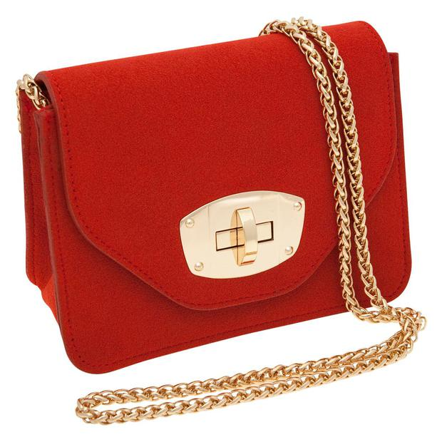 When the sun disappears again, brighten up your look with this red gold chain bag for 25 A|wear
