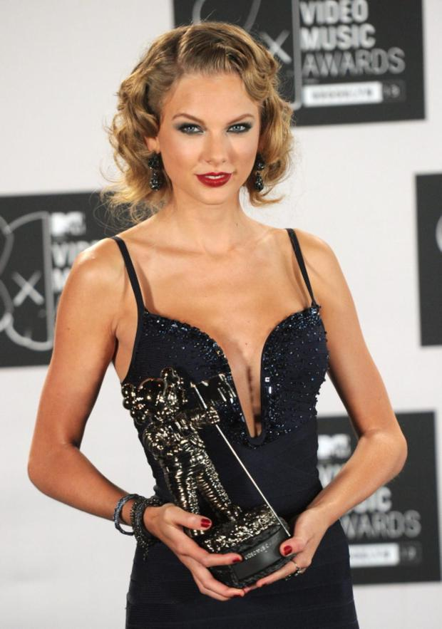 Taylor Swift poses with VMA at the 2013 MTV Video Music Awards at the Barclays Center on August 25, 2013 in the Brooklyn borough of New York City.