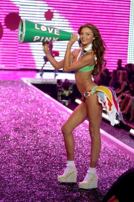HOLLYWOOD - NOVEMBER 16:  Model Miranda Kerr walks the runway during the Victoria's Secret Fashion Show held at the Kodak Theatre on November 16, 2006 in Hollywood, California. The show will be broadcast December 5, 2006 on CBS.  (Photo by Mark Mainz/Getty Images)