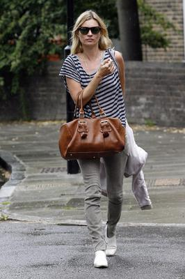 Even papped outside her house, looking as if she's on her way to the gym, Kate looks good. We love the striped tee and skinnies combo, as well as the very nice Longchamp bag.