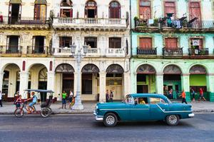 Stunning but also crumbling: old cars and dilapidated buildings in the capital, Havana