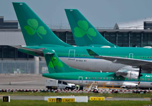 The Irish state holds a 25% stake in Aer Lingus while the company management supports the sale.