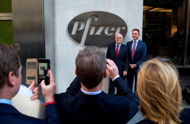 Ian Read, chairman and chief executive officer of Pfizer, left, and Brent Saunders, the president and chief executive officer of Allergan, stand for a photograph in front of Pfizer headquarters in New York yesterday after agreeing to combine in a record $160bn deal. Photo: Michael Nagle/Bloomberg