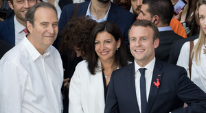 Xavier Niel, billionaire and co-chief operating officer of Iliad; Anne Hidalgo, the mayor of Paris; and Emmanuel Macron, France's president, at an event in the French capital this summer. Photo: Bloomberg