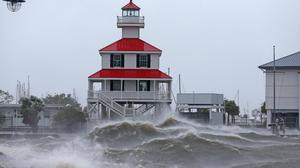 Waves crash against the New Canal Lighthouse on Lake Pontchartrain as the effects of Hurricane Ida are felt in New Orleans. Photo: Michael DeMocker/USA Today via Reuters