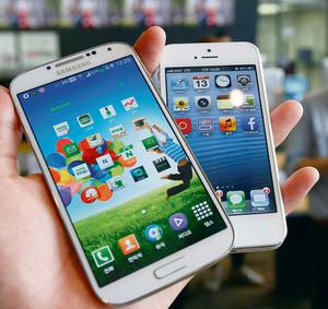 Samsung Galaxy S4 (left) and Apple iPhone 5