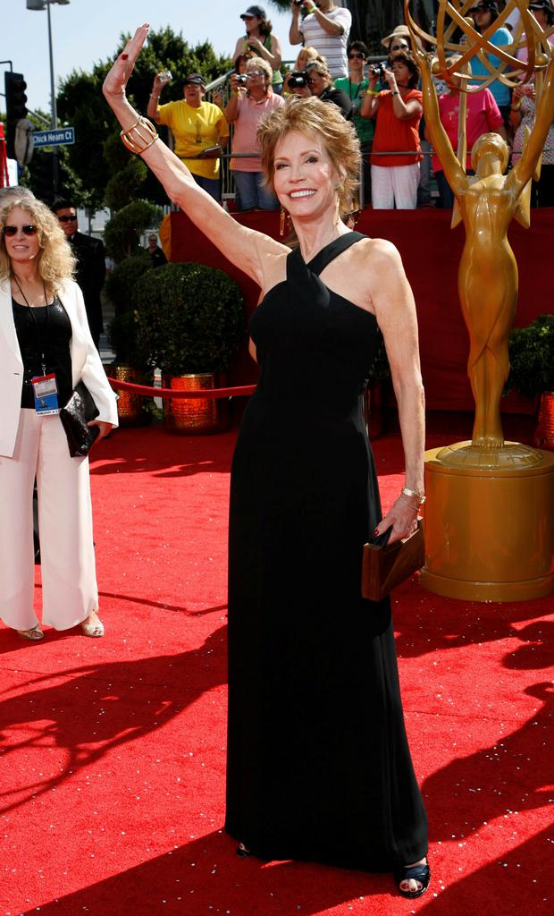 Mary Tyler Moore arriving at the Emmy awards in 2008