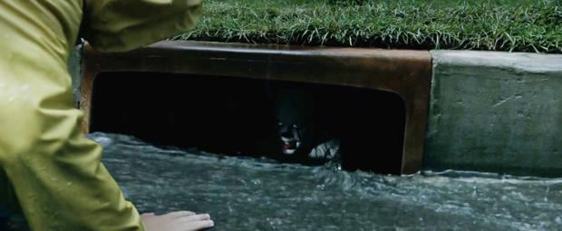 It Movie Review Stephen King S Pennywise Is Terrifyingly