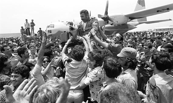 An Israeli rescue pilot returns home to cheers after rescuing hostages in Uganda