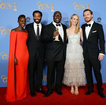 Lupita Nyong'o, Chiwetel Ejiofor, Steve McQueen, Sarah Paulson and Michael Fassbender with the award for best motion picture