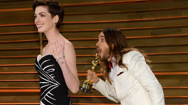 Oscar-winner Jared Leto photo bombed presenter Anne Hathaway at the 2014 Vanity Fair Oscar Party