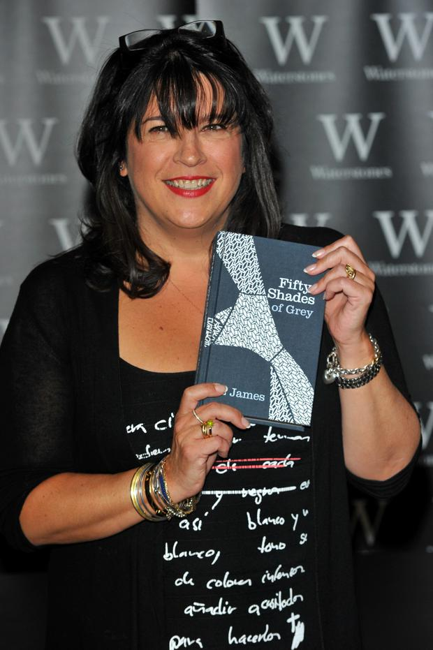 E.L. James with her copy of her beststelling book '50 Shades of Grey'