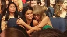 Taylor Swift hugs Selena Gomez after her performance at the AMAs (tswiftnet/Twitter)