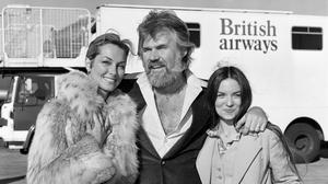 Kenny Rogers with Marianne Gordon (left) and Crystal Gayle (PA)