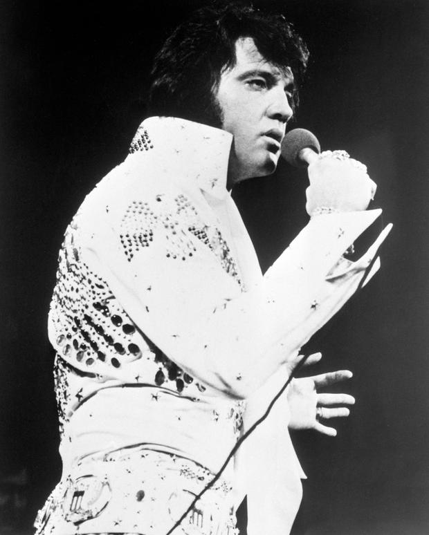 39 Don 39 T Be Cruel 39 Elvis Fans Outraged Over Charge Visit Grave During 40th Anniversary Vigil