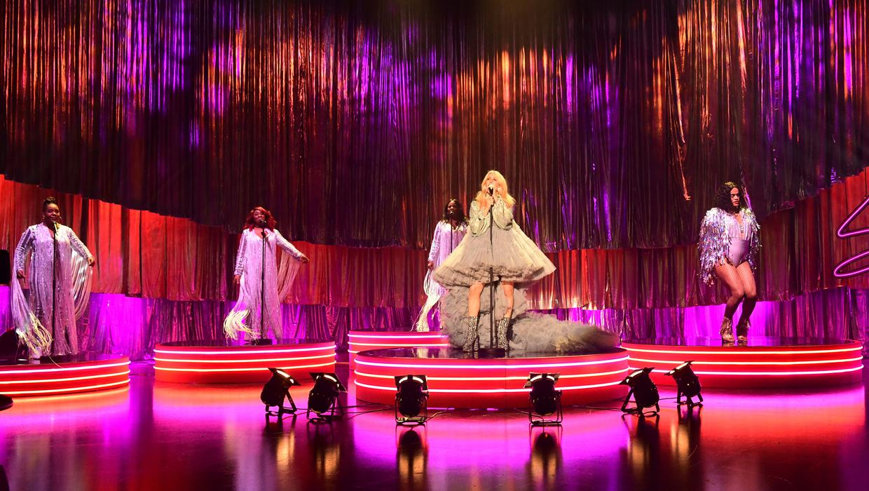 Pregnant Ellie Goulding performs on The Graham Norton Show