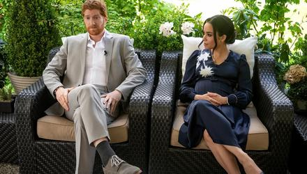 Jordan Dean and Sydney Morton in Harry And Meghan: Escaping The Palace
