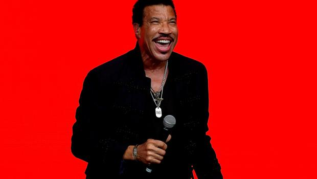 Lionel Richie performs on the Pyramid stage at Worthy Farm in Somerset during the Glastonbury Festival in Britain, June 28, 2015.  REUTERS/Dylan Martinez