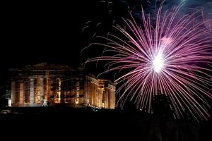Fireworks explode over the temple of the Parthenon at the Acropolis hill during the New Year celebrations in Athens, Friday, Jan. 1, 2016. (AP Photo/ Yorgos Karahalis )