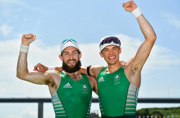 Paul O'Donovan, left, and Fintan McCarthy celebrate after winning an Olympic gold medal in Tokyo. Photo by Seb Daly/Sportsfile ¡ORO olímpico para Irlanda!