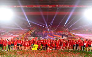 LIVERPOOL, ENGLAND - JULY 22: Liverpool players celebrate with The Premier League trophy following the Premier League match between Liverpool FC and Chelsea FC at Anfield on July 22, 2020 in Liverpool, England. Football Stadiums around Europe remain empty due to the Coronavirus Pandemic as Government social distancing laws prohibit fans inside venues resulting in all fixtures being played behind closed doors. (Photo by Laurence Griffiths/Getty Images)