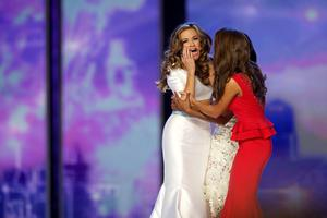 Miss Georgia Betty Cantrell (L) reacts after winning Miss America 2016 at Boardwalk Hall in Atlantic City, New Jersey, September 13, 2015. REUTERS/Mark Makela TPX IMAGES OF THE DAY