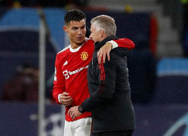 Manchester United's Cristiano Ronaldo with manager Ole Gunnar Solskjaer. REUTERS/Phil Noble