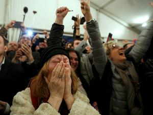 Supporters of opposition leader and head of radical leftist Syriza party Alexis Tsipras cheer at exit poll results in Athens, January 25, 2015.  REUTERS/Marko Djurica