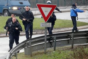 Members of the French intervention gendarme forces arrive at the scene of a hostage taking at an industrial zone in Dammartin-en-Goele, northeast of Paris January 9, 2015.  REUTERS/Christian Hartmann