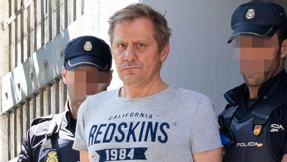Leigh Anthony Gardiner (centre) allegedly attacked John Pender in the toilets of an Irish pub in Spain. Photo: Solarpix.com