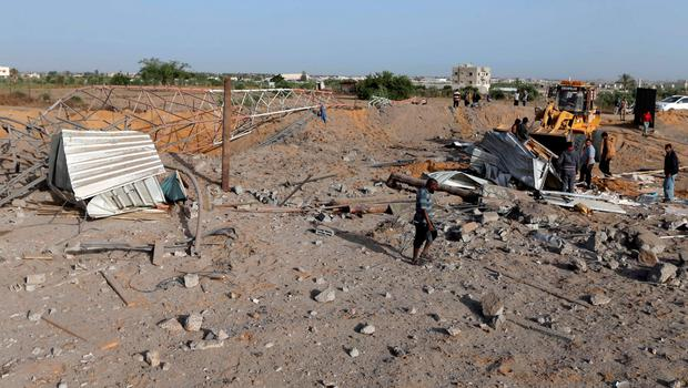 Palestinians survey a Hamas site after it was hit by an Israeli airstrike in Rafah in the southern Gaza Strip May 27, 2015. Israeli aircraft struck a number of sites in the Gaza Strip from the air early on Wednesday, residents and the Israeli military said, after a rocket that Palestinian militants fired from the enclave landed near the Israeli port city of Ashdod. REUTERS/Ibraheem Abu Mustafa