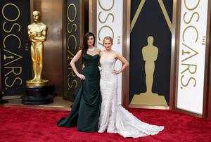 Actress Idina Menzel and Kristen Bell arrive at the 86th Academy Awards in Hollywood, California March 2, 2014.   REUTERS/Lucas Jackson (UNITED STATES TAGS: ENTERTAINMENT) (OSCARS-ARRIVALS)