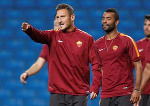 AS Roma's Francesco Totti (L) and Ashley Cole attend a training session at Etihad Stadium in Manchester, northern England September 29, 2014. AS Roma will play Manchester City in the Champions League on Tuesday. REUTERS/Andrew Yates (BRITAIN - Tags: SPORT SOCCER)