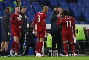 Liverpool manager Jurgen Klopp speaks with players during a drink break. Photo: REUTERS / Paul Childs