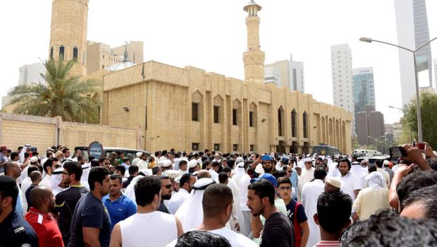 Crowds surround the Imam Sadiq Mosque after a bomb explosion following Friday prayers, in the Al Sawaber area of Kuwait City June 26, 2015. REUTERS/Jassim Mohammed