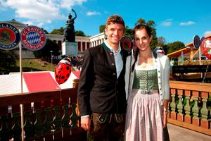 Thomas Mueller of FC Bayern Munich and his partner Lisa pose during their visit at the Oktoberfest in Munich, Germany, September 30, 2015. REUTERS/Alexander Hassenstein/Pool