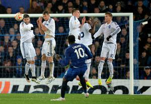 Romelu Lukaku tries to bend a free kick around the Dynamo Kiev wall