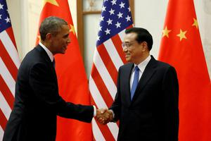 U.S. President Barack Obama (L) shakes hands with Chinese Premier Li Keqiang during their meeting in the Great Hall of the People in Beijing November 12, 2014.  REUTERS/Kevin Lamarque