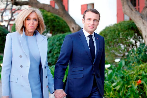 French President Emmanuel Macron (R) and his wife Brigitte arrive at the Villa Kerylos for a state dinner with China's President on March 24, 2019 in Beaulieu-sur-Mer, near Nice on the French riviera. (Photo by JEAN-PAUL PELISSIER / POOL / AFP)