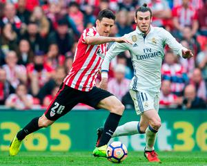 Gareth Bale competes for the ball with Aritz Aduriz of Athletic Bilbao during the La Liga match at the San Mames Stadium. Photo by Juan Manuel Serrano Arce/Getty Images