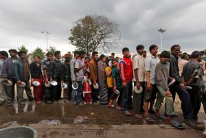 Nepalese people affected by the recent earthquake queue to receive food from a non governmental organization, in Kathmandu, Nepal, Monday, April 27, 2015.  (AP Photo / Manish Swarup)